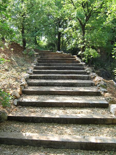 Un chemin pieton transformé en escalier en colline à Saint maximin ...