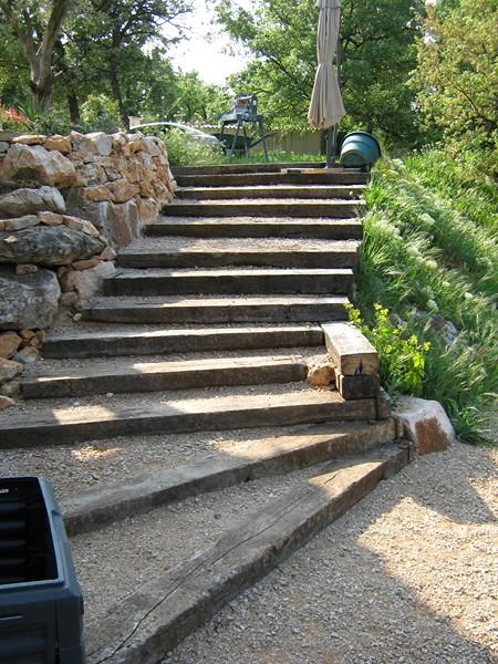 un chemin pieton transform en escalier en colline saint maximin var jardinier paysagiste. Black Bedroom Furniture Sets. Home Design Ideas